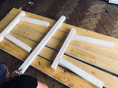 DIY - Comment fabriquer une table en bois robuste avec un petit budget ? Fabrication Table, Table Palette, Plate Racks, Diy Table, Wood Projects, Dyi, Wedding Day, Plates, Kitchen