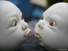Необычные скульптуры младенцев из фарфора. (9 фото)