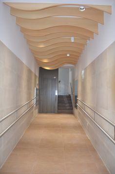 Monente Arquitectura ha proyectado y dirigido la obra de accesibilidad universal con instalación de ascensor en Urrobi 9, edificio que no disponía de este servicio en el barrio de la Milagrosa. De ha diseñado el portal contando con la comunidad de propietarios, dándole un toque de madera.