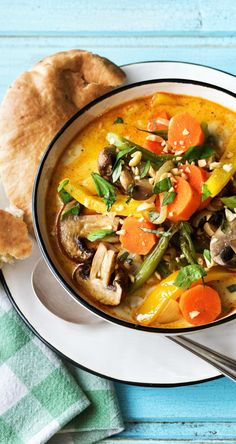 Yellow curry with oven-baked peanuts and baked naan bread - food Naan, Vegetable Recipes, Vegetarian Recipes, Healthy Recipes, Cooking Box, Oven Vegetables, Hello Fresh Recipes, Asian Recipes, Ethnic Recipes