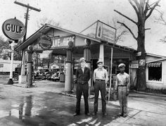 Gas Stations and Garages of the past « studiokiss Pictures Of Gases, Old Pictures, Old Photos, Vintage Photos, Vintage Photographs, Old Gas Pumps, Vintage Gas Pumps, Vintage Auto, Vintage Signs