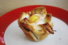 Zutaten: 1 extra große Scheibe Toastbrot 2 Scheiben Speck 1 Ei Salz, Pfeffer Zubereitung: Toastscheibe mit dem Nudelholz ganz flach auswalken. Die Scheibe in die Muffinform drücken. Zwei Scheiben S...