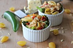 Healthy mac and cheese with broccoli, sun-dried tomatoes and chicken. Easy.