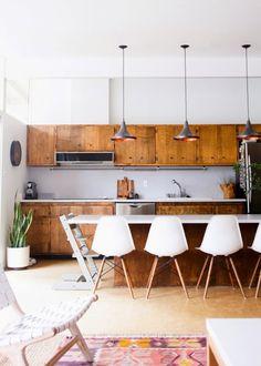 Une cuisine en bois vintage semi ouverte avec un bar aux allures de grande table  / kitchen/ livingroom