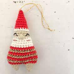 DIY Crocheted Santa Claus // free crochet recipe in Danish Crochet Santa, Crochet Gifts, Diy Crochet, Crochet Dolls, Crochet Christmas Decorations, Christmas Crafts, Father Xmas, Funny Ornaments, Christmas Knitting