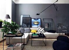 Sala moderna com muito cinza na decoração e objetos descolados.  Via: @casavoguebrasil  Autoria: Desconhecida Post por: Carolina