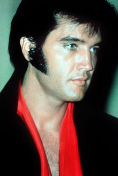 Elvis at a press conference in 1969 at the International Hilton, Las Vegas. Elvis Presley Born, Elvis Und Priscilla, Elvis Presley Photos, Elvis Cd, Photos Rares, Lisa Marie Presley, Most Handsome Men, Graceland, People Of Interest