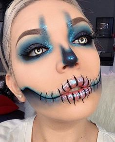 Are you looking for ideas for your Halloween make-up? Browse around this website for creepy Halloween makeup looks. Halloween Zombie Makeup, Halloween Look, Halloween Costumes, Halloween Makeup Tutorials, Simple Halloween Makeup, Costume Makeup Tutorial, Halloween College, Pretty Halloween, Group Halloween