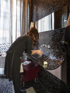 Il lavabo Skin è un foglio sospeso, un mosaico che si stacca dal muro, una fessura silenziosa attraverso cui l'acqua ritorna alla terra. on Appartamento LAGO  http://appartamentolago.com/milano-brera/dsc8014.jpg
