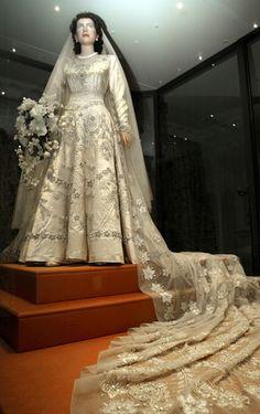 Princess Elizabeth's Wedding Gown, now Queen Elizabeth II Royal Wedding Gowns, Royal Weddings, Princess Wedding, Wedding Bride, Wedding Dresses, Wedding Tips, Lace Wedding, Norman Hartnell, Princesa Beatrice
