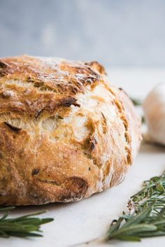 Roasted Garlic & Rosemary No Knead Artisan Bread has gorgeous, golden brown crusty exterior and a soft, airy texture inside! It's such an easy rustic bread recipe that you will wonder why you haven't tried making no knead artisan bread before! Bread Machine Recipes, Easy Bread Recipes, Loaf Recipes, Pudding Recipes, Artisan Bread Recipes, Easy Overnight Bread Recipe, Potato Recipes, Lasagna Recipes, Meatball Recipes