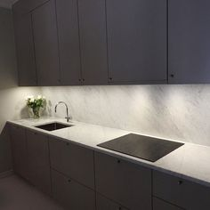 Grey kitchen cabinets together with Bianco Carrara marble is a perfect combination! Kitchen Wall Tiles, Grey Kitchen Cabinets, Kitchen Drawers, Kitchen Sets, Kitchen Decor, Kitchen Design, Surface Table, Kitchen On A Budget, Black Kitchens
