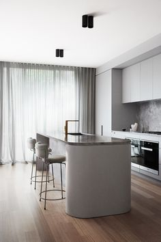 The South Yarra Residence by Therese Carrodus of Full of Grace Interiors is the transformation of a homes through sleek modern interior design. Top Interior Designers, Interior Design Kitchen, Modern Interior Design, Home Design, Interior Minimalista, Floor Layout, Open Plan Kitchen, Kitchen Small, Kitchen Cabinetry