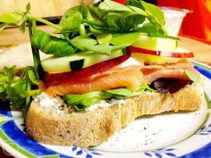 Pão no prato com requeijão, salmão defumado, maçã e pepino. | 15 receitas que provam que requeijão sempre cai bem