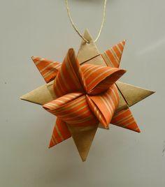 Jag har under många år vikt små vita pappersstjärnor som blir så fina att hänga i julgranen. Nu har vi inte gran längre till jul för det få...