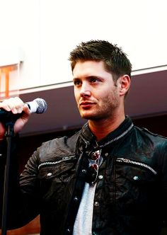 """""""This has got to be one of my favorite outfits he's wore to a con. The leather jacket and sunglasses. Then the scruff and the lips... Oh my! #JensenAckles"""""""