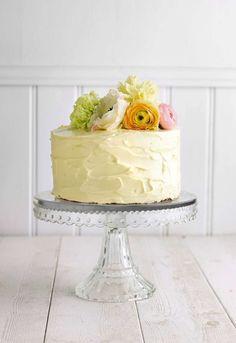 Påsktårta med citronfrosting, dekorerad med vårblommor eller påskgodis