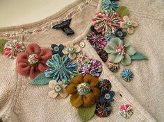 fabric flower tutorial, made lots of fabric flowers but these are positioned really well and different sizes, patterns, colours and types of flower work well together.