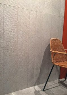 Figure esagonali e a lisca animano le superfici, riprendendo l'aspetto materico del cemento.. #primamateria #cemento #esagoni #lische #kronosceramiche Cerámica Ideas, Tiles, Monogram, Texture, Interior Design, Bathroom, Pattern, Landscape, Home Decor