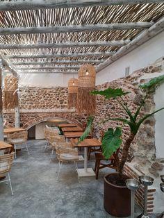 """Casa del Mar es un pequeño restaurante acogedor que se destaca a lo grande. Ubicado entre altos edificios de apartamentos en el corazón de Marbella, sirve como un recordatorio del pasado humilde de la ciudad antes de que se convirtiera en una escapada favorita para celebridades y amantes del sol de todo el mundo. Después de hacerse cargo de la propiedad, los propietarios convirtieron esta pequeña casa en un restaurante con un tema """"boho chic"""" manteniendo su encanto original. Timber Structure, Wooden Pergola, Group Of Companies, Whitewash, Grande, Boho Chic, Commercial, Outdoor Structures, Construction"""