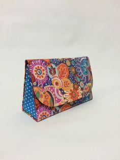 Bolsa de mão estilo clutch, com alça de couro ou tecido.