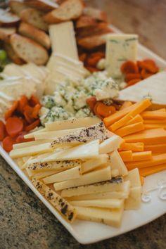 Mesas de frios dão um toque de sofisticação ao seu mini wedding e são perfeitas para combinar com vinhos deliciosos.