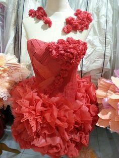 Paper dress Paper Fashion, Fashion Fabric, Fashion Art, Fashion Design, Recycled Dress, Recycled Cans, Recycled Clothing, Flower Dresses, Paper Dresses