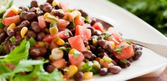 Pour rehausser l'attrait de cette recette de salade végétarienne, utilisez du maïs en grains d'épis fraîchement cuits à la vapeur et des haricots noirs ventrus cuisinés à la maison.