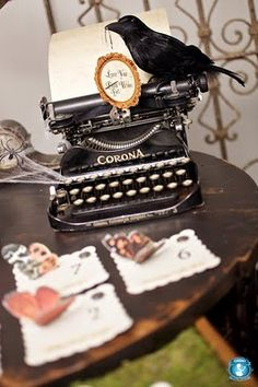 INSPIRATION - Halloween decor with Raven and old Typewriter.... (Source : http://algumabossa.blogspot.fr/2010/10/dia-das-bruxas.html)