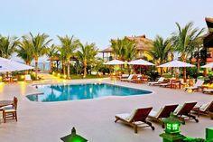 Quem não gosta de ficar 100% de frente com o mar? Selecionamos esse hotel por diversas razões: piscina incrível, acomodações sofisticadas, wi-fi gratuito, sala de jogos, sala de leitura, espaço zen com direito a massagem, bar na praia e totalmente envolvido com a natureza.