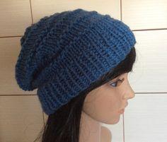 Niebieska czapka wykonana prostym wzorem.
