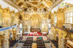 A Igreja de São Francisco guarda decoração rica e dourada, feita em ouro e madeiras nobres, mostrando a época próspera do Brasil Colônia.  Saiba mais no Roteiro Histórico e Cultural >>> http://www.guiaviagensbrasil.com/blog/guia-completo-de-salvador/