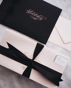 Modern stationery packaging in black, blush and gold | ribbon, envelopes, modern calligraphy | trouwkaart, geboortekaartje, modern en minimalistisch met sluitstickers | kijkkalligrafie