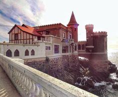 O castelo Wulf fica na orla a caminho do relógio das flores. Há exposição de arte e fotografia.  Tão pequeno e no caminho que vale a parada. O que mais gostei foram os vitrais e a vista de lá!Semana especial #Chile! #traveling #TFLers #instatravel #trip  #photooftheday #instapassport #travelgram