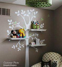 j'apprécie le stickers arbre avec les étagère en guise de branche !