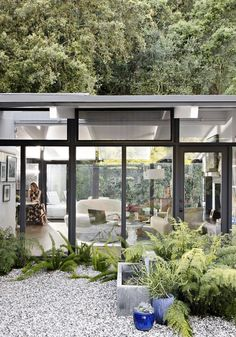 Inside Celebrity Homes: Rustic Style at Laura Dern's LA Home | #rustic #lauradern #celebrityhomes #hollywoodcelebrityhomes #celebrityhomes #celebritynews | See also: http://www.celebrityhomes.eu/inside-celebrity-homes/inside-celebrity-homes-rustic-style-laura-derns-home/