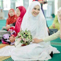 Muslimah Wedding Dress, Muslim Wedding Dresses, Hijab Bride, Muslim Brides, Wedding Hijab, Elegant Wedding Dress, Wedding Bride, Simple Wedding Makeup, Bridal Makeup Looks