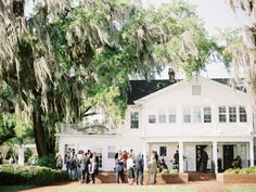 From lakeside retreats to fancy hotels, and a fairytale wedding at Disney! Orlando wedding venues can surely surprise you. Learn the settings, prices, and amenities offered.