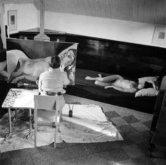 """Charley Toorop peignant un """"Nu couché"""", 1932 © Eva Besnyö / Maria Austria Instituut Amsterdam"""
