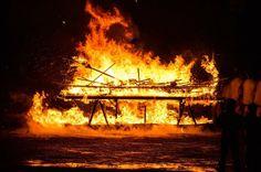 Laissez moi vous emmener dans un endroit inouï hors du monde... Je suis désolée de vous inonder de photos de feu mais Up Helly Aa à Shetland c'était une des expériences les plus dingues de ma vie. Les 14 heures de traversée dans le noir de la mer du nord. Les paysages de bout du monde sauvages déserts sublimes. Les vestiges vieux de 4000 ans couverts de mousse. Et ce festival. 900 torches dans la nuit. J'avoue : mon gros fantasme amoureux depuis toujours c'est le viking sur son drakkar Et…