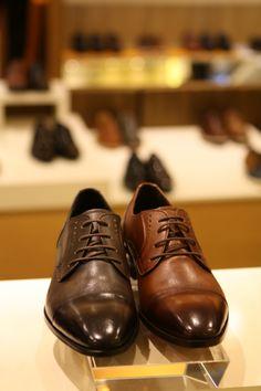 소다의 세련미와 편안한 착용감이 어우러진 스트레이트 팁 정장 구두~ 깊이감 있는 컬러가 고급스러운 멋을 더해주네요! @롯데백화점 소다 Gentleman, Oxford Shoes, Dress Shoes, Lace Up, Suit, Style, Fashion, Formal Shoes, Oxford Shoe