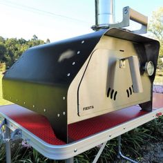 The FIESTA portable pizza oven weighs only 20 Kgs fully equipped and ready to make delicious pizzas or roast a chicken, beef or veggies. It's the most portable pizza oven and versatile we've ever made. Small Pizza, Four A Pizza, Wood Fired Oven, Wood Fired Pizza, Barbecue, Portable Pizza Oven, Kitchen Oven, Camping Stove, Pizza Recipes
