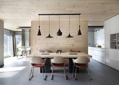 Modern / retro interior designed by Spanish Coblonal Arquitectura. Dining Room Design, Dining Area, Kitchen Dining, Dining Table, Dining Chairs, Retro Interior Design, Design Interiors, Timber House, Minimalist Design
