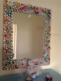 how to decorate a mirror frame - Bing images Mirror Crafts, Frame Crafts, Diy Mirror, Jewelry Frames, Jewelry Mirror, Beaded Mirror, Flower Mirror, Vintage Jewelry Crafts, Homemade Home Decor