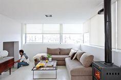 Sillón en 'L' en chenille gris visón (Della Casa). A la derecha, cómoda americana restaurada de 40x260x70cm ($4.700, Qué Coketo) y velador (Ikea). Ventanas de aluminio 'Módena' (Aluar).  /Daniel Karp