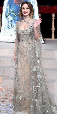 Эмма Уотсон в бежевом платье инкрустированном драгоценными камнями от Elie Saab и накидка от Couture collection, образ завершают браслет и серьги от Repossi.