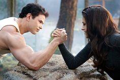 Kristen Stewart y Robert Pattinson en la saga Crepúsculo: Amanecer - Parte 2: Fuerte Armado