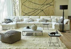 Un canapé en lin froissé avec modules à composer dans un salon esprit méditerranéen