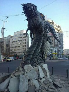 Smaug sculpture, the dragon in The Hobbit film. Imagine walking along the streets of Bucharest, Romania, and then you see this dragon head poking through the concrete! Dragon Medieval, Hobbit Dragon, Smaug Dragon, Breathing Fire, Illusion Kunst, O Hobbit, Cool Dragons, Desolation Of Smaug, Wow Art