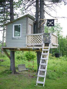 casa de árbol con bandera pirata